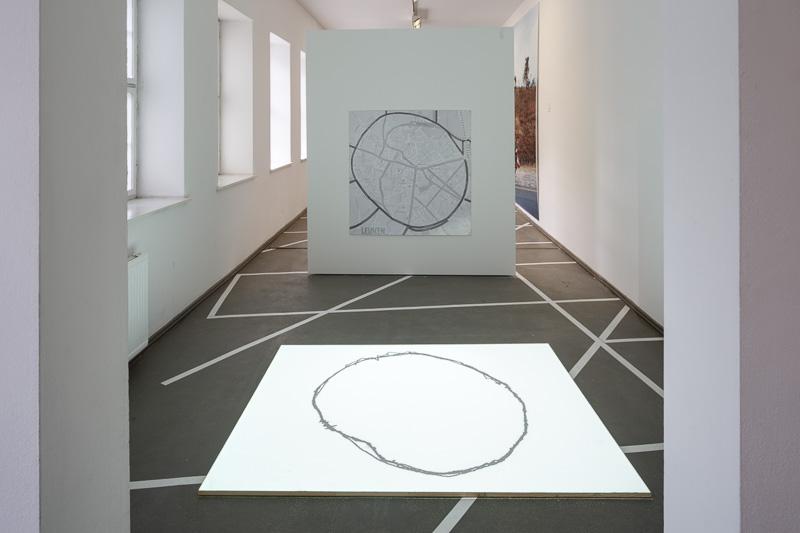 Karolina Freino Walking  2006 Video auf der Basis des GPS-Trackings einer Performance, entwickelt anlässlich eines Gedenkprojektes in Leuven Loop, 14 min.
