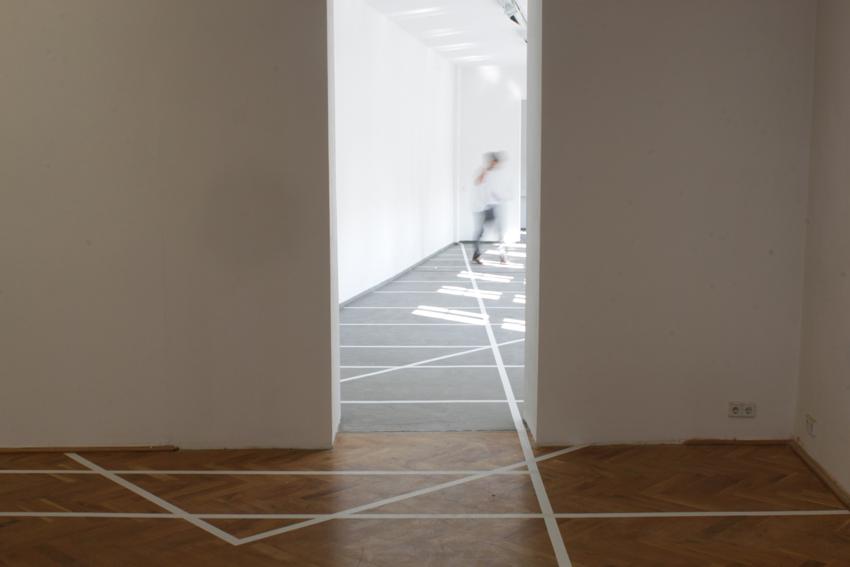Marcel Tarelkin, Figure 14 (Floor Markings), Kunsthaus Dresden 2013, 2013, PVC Bodenmarkierungsband