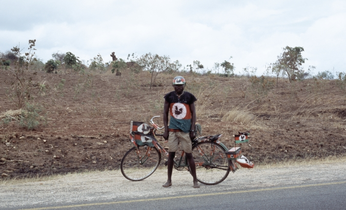 Till Krause, Ein Moment einer Bewegung von S nach N wird von einem Mann in den Farben der Malawi Congress Party betrachtet, 2006/2013
