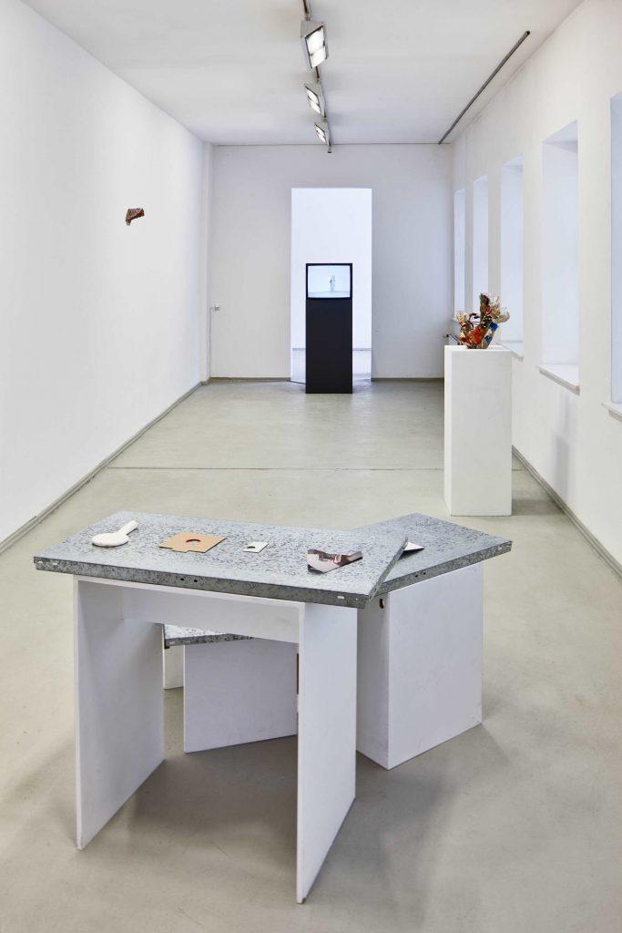 Ausstellungsansicht mit Arbeiten von Nelly Knatz, Thomas Helbig Foto: David Brandt