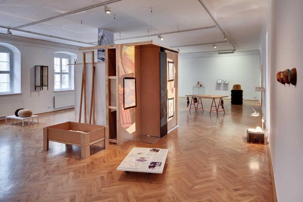 Ausstellungsansicht mit Arbeiten von Ulrike Mundt, Nastasja Keller, Su-Ran Sichling, Anja Jurkenas, Foto: David Brandt