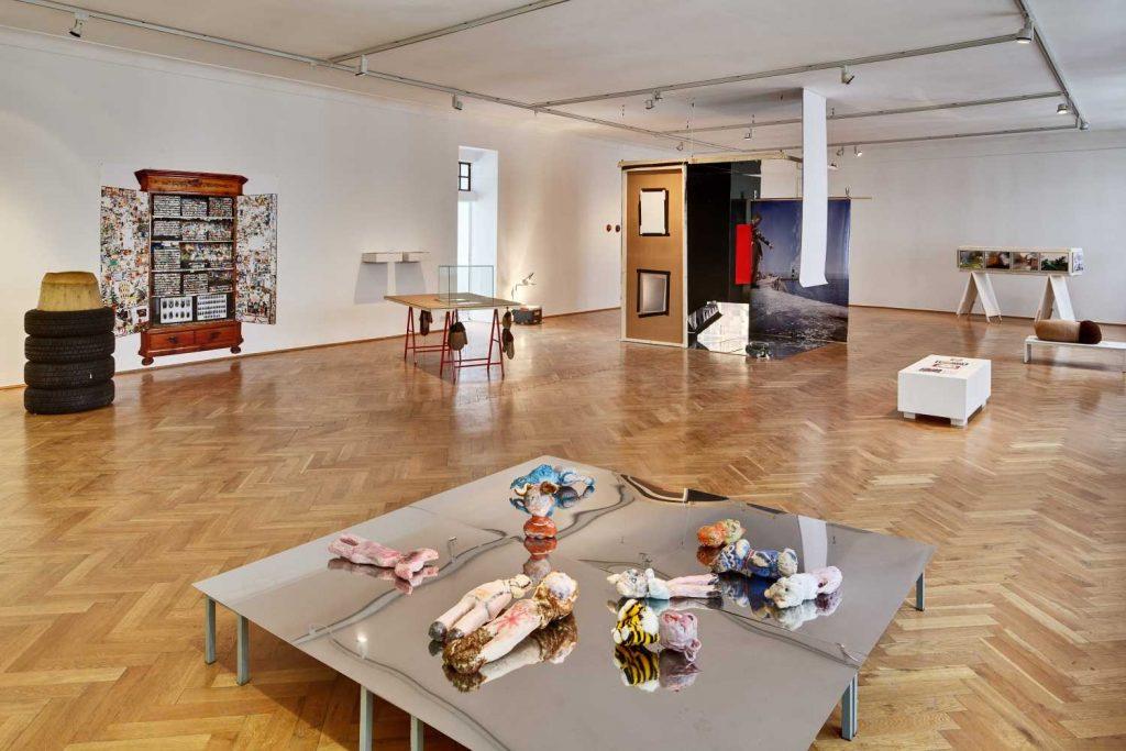 Ausstellungsansicht mit Arbeiten von Georg Ditl, Su-Ran Sichling, Nastasja Keller, Misch Da Leiden, Susanne Ring, Michael Mader, Foto: David Brandt