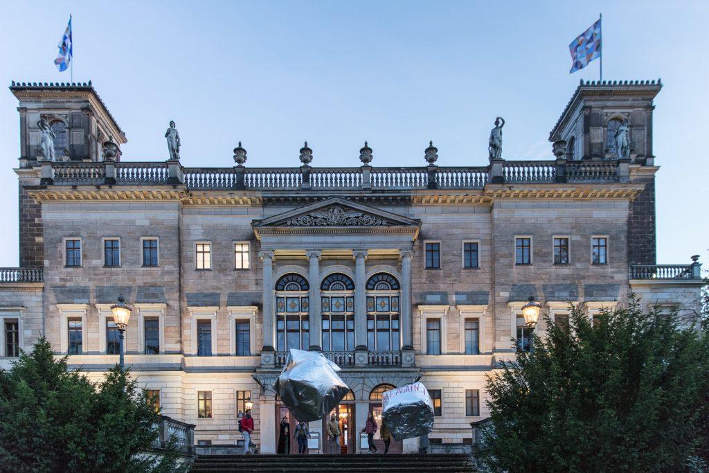 Vorn: Inflatables von Tools for Action, gebaut im Workshop mit dem Montagscafé, und auf den Türmen: Raul Walch: Für die Freiheit, frei zu sein (2018). Foto: David Brandt – hier: Schloss Albrechtsberg.