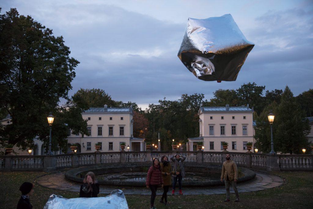 Vorn: Inflatables von Tools for Action, gebaut im Workshop mit dem Montagscafé, und auf den Türmen: Raul Walch: Für die Freiheit, frei zu sein (2018). Foto: David Brandt