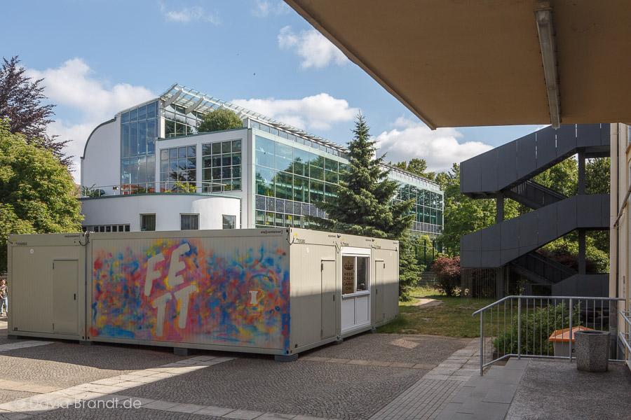 Containerhaus auf dem Schulhof des Gymnasium Bürgerwiese. Fassadengestaltung: Architekturgruppe. Mentoren: Jens Zander und Alexander Pötzsch, Foto: David Brandt