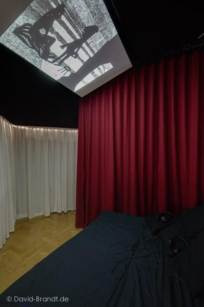 Ausstellungsansicht mit der Videoinstallation der Gruppe Gestaltung/Illunstration; Mentorin: Ina Kwon. Foto: David Brandt