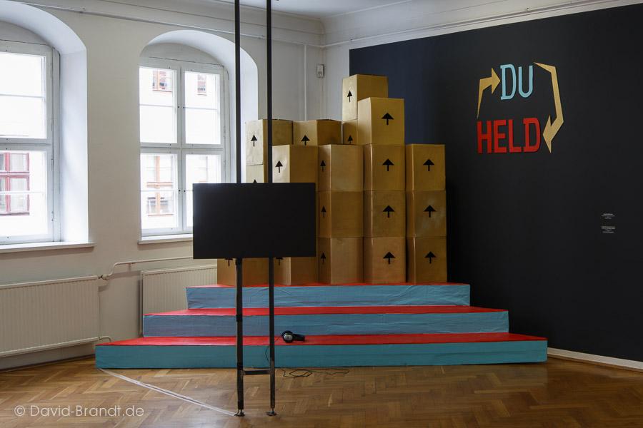 Videoinstallation der gruppe Kunst / Helden, Mentorin: Svea Duwe. Ausstellungsansicht. Foto: David Brandt