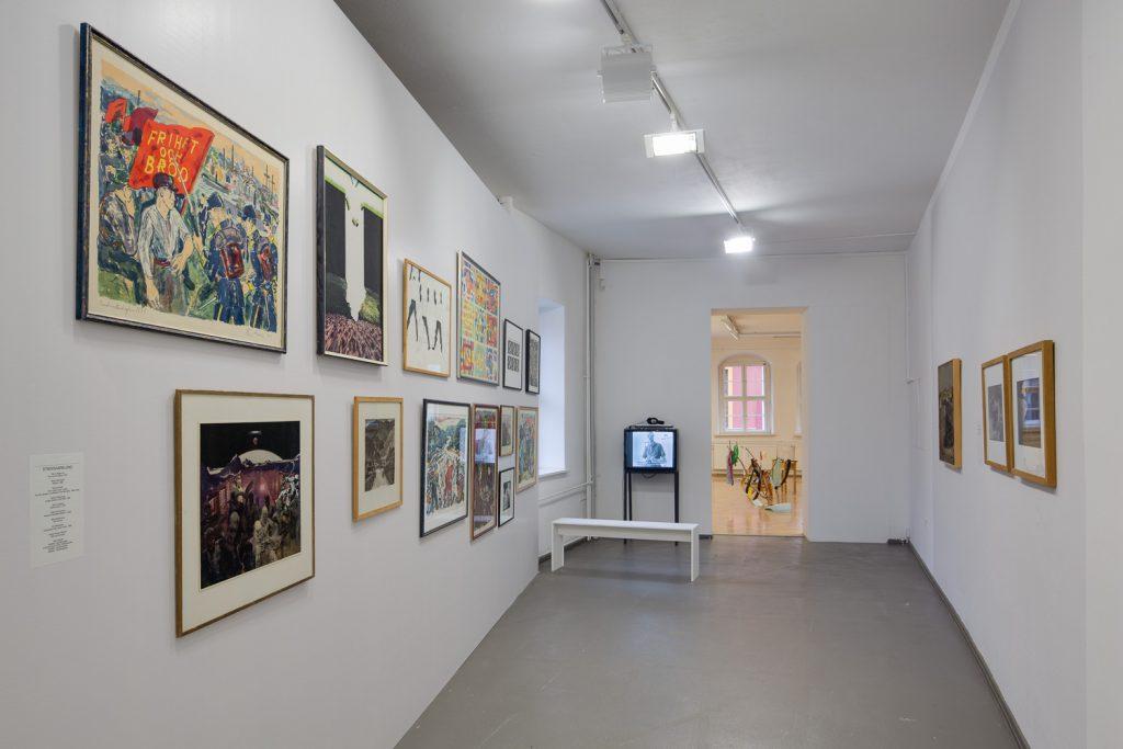 INGELA JOHANSSON: UNTITLED (OHNE TITEL), 2012/2014, Reproduktion der Rückseiten von Werken aus der Kunstsammlung der Minenarbeiter aus der Zeit des Streiks von 1969, 2014, digitale Slide-Show und  MARGARETA VINTERHEDEN UND ALF ISRAELSSON: GRUVSTREJKEN 69/70, (THE MINERS' STRIKE 69/70)  THE MINE WORKERS' ART COLLECTION FROM THE STRIKE IN 1969 (KUNSTSAMMLUNG DER MINENARBEITER AUS DER ZEIT DES STREIKS VON 1969), 13 Arbeiten, Gällivare Museum. Foto: David Brandt