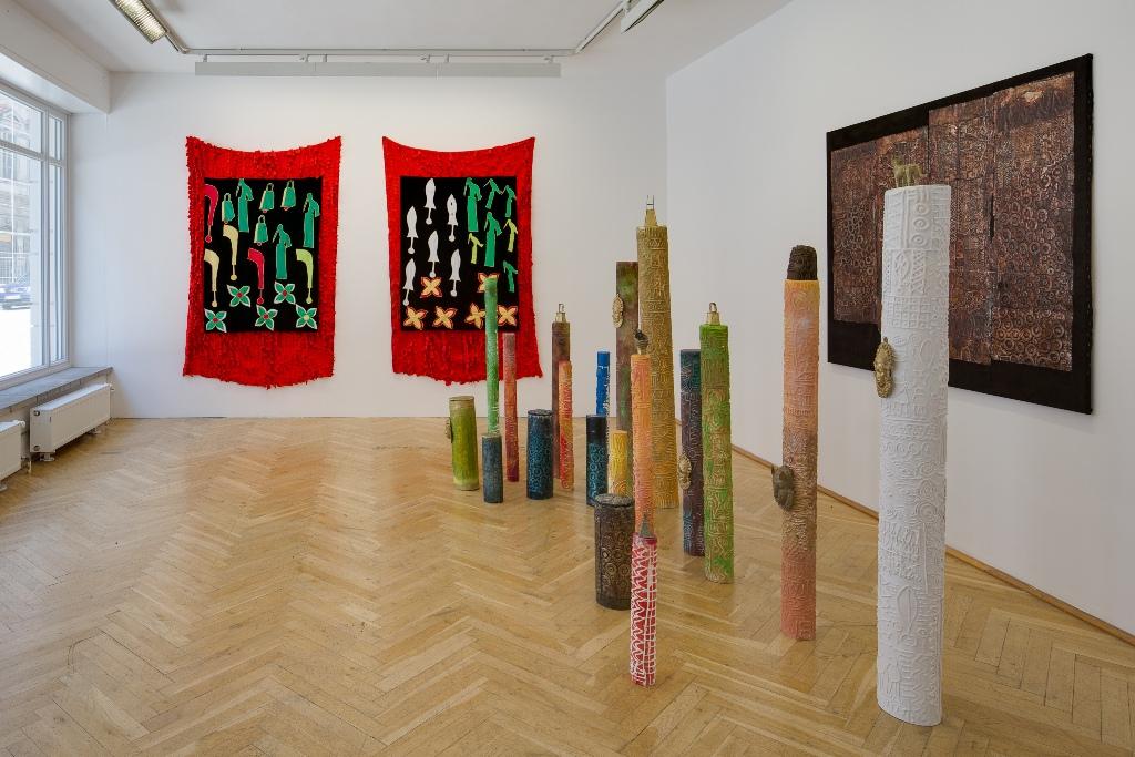 Peju Layiwola Columns of Memory 2015 Installation Meduim, Plastik, Bronze, Aluminiumfolie, Stoff. Installationsansicht Kunsthaus Dresden, Foto: David Brandt