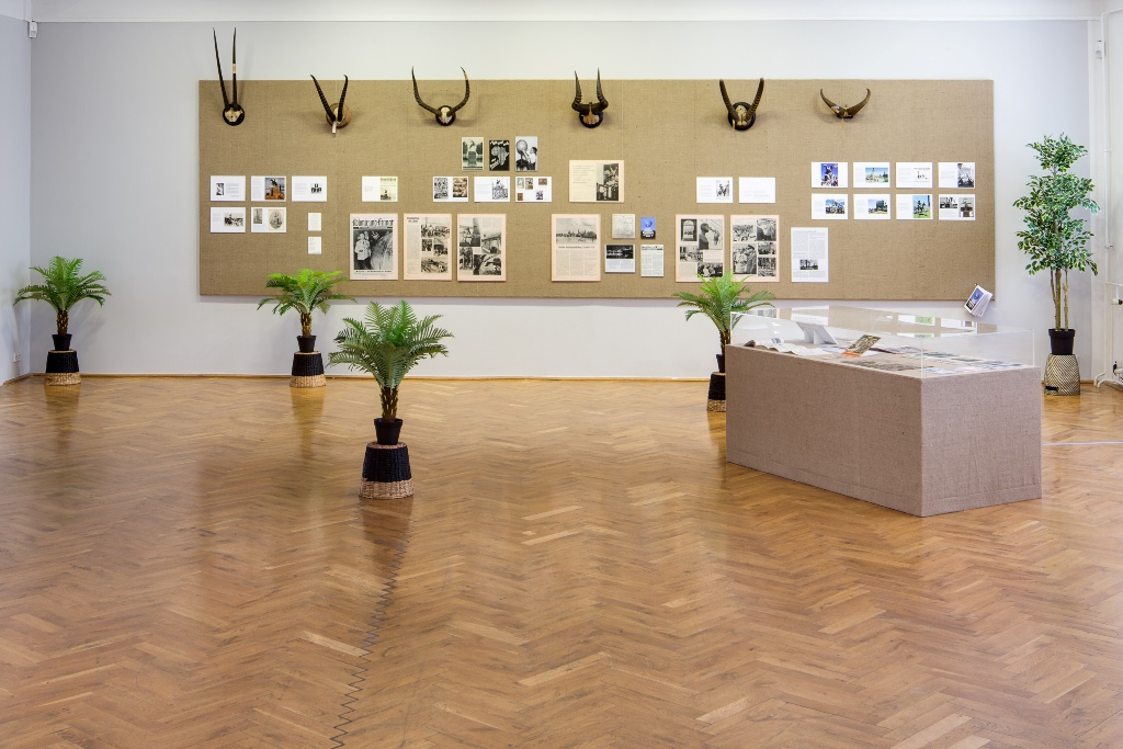 Emma Wolukau-Wanambwa Von Eingeborenen beschädigt 2015 Multi-Media-Installation. Installationsansicht Kunsthaus Dresden, Foto: David Brandt
