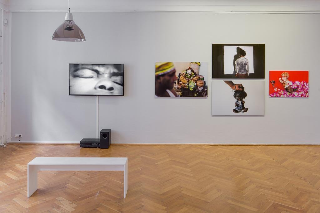 Sammy Baloji und Lazara Rosell Albear Bare-Faced 2015 4 Pigmentdrucke auf Archivpapier auf Aluminium Video, 20 Min. Installationsansicht Kunsthaus Dresden, Foto: David Brandt