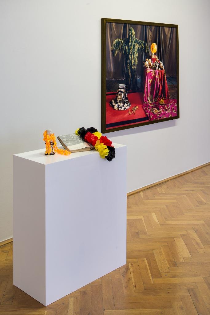 Lisl Ponger: Western Still Life 2013 C-Print, verschiedene Materialien Courtesy Charim Galerie Wien. Installationsansicht Kunsthaus Dresden, Foto: David Brandt