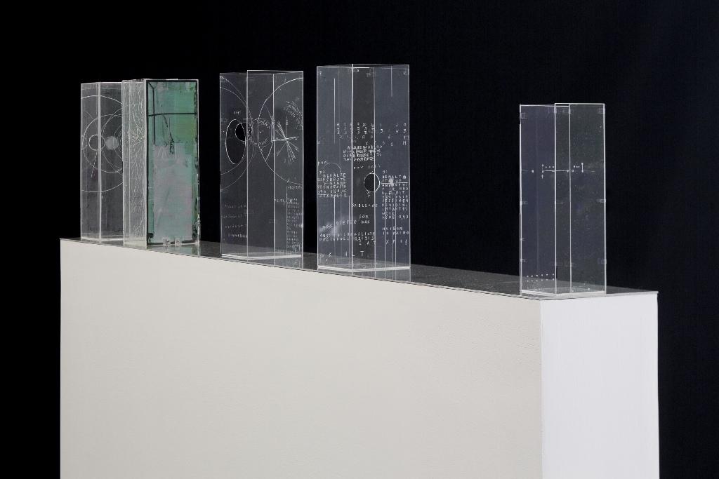 Dierk Schmidt: Broken Windows 3.1 ( Prototypen), 2014/2015,  bearbeitetes Plexiglas, Farbkopie auf Folie, schwarzes Pigment, Filzstift. Installationsansicht Kunsthaus Dresden, Foto: David Brandt
