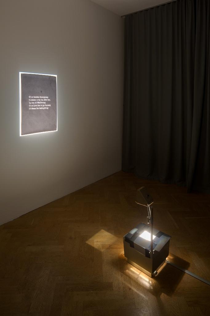 Michelle Monareng: *Boloka ba lahlegileng*, Removal to Radium, 2015, Video, Ton, 2:23 Min. FotodruckeInstallationsansicht Kunsthaus Dresden, Foto: David Brandt