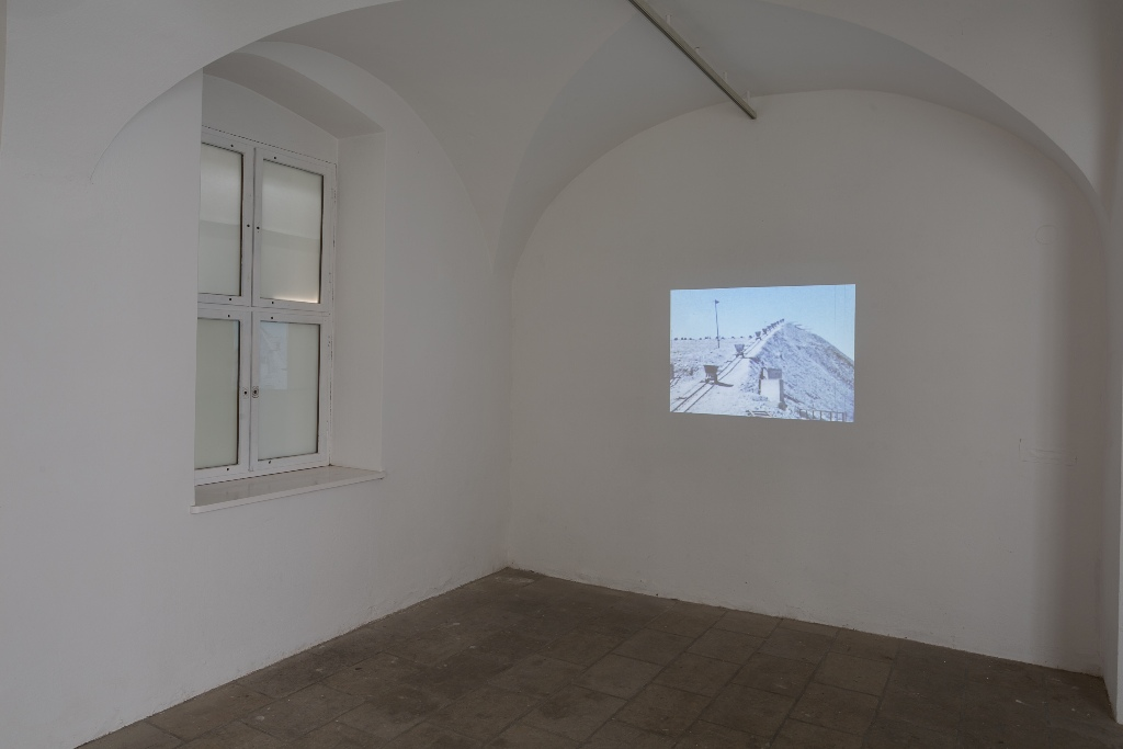 Penny Siopis: Lay Bare Beside, 2015, Video (Farbe), TonInstallationsansicht Kunsthaus Dresden, Foto: David Brandt