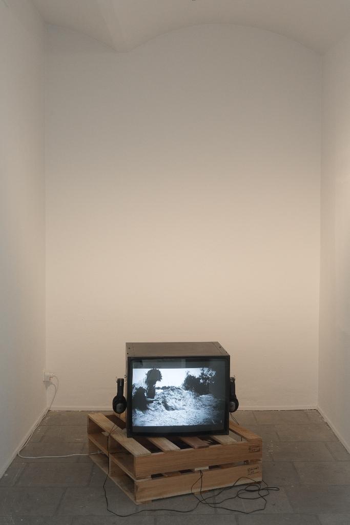 Paulo Nazareth: Agudah, 2013, Video (s/w), Ton, und Maria Auxiliadora, 2014, Video (s/w), Ton. Installationsansicht Kunsthaus Dresden, Foto: David Brandt