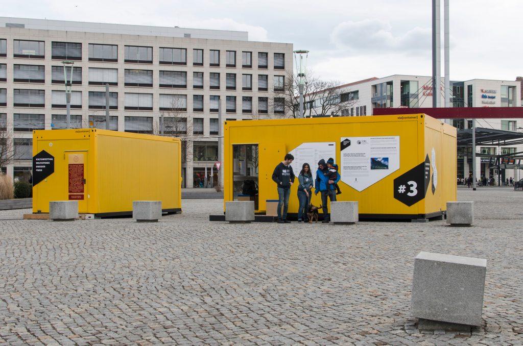 Auf dem Postplatz: Container #3 Max-Planck-Institut für Molekulare Zellbiologie und Genetik / Initiative für Asyl und gegen Rassismus /  Container #4 Medizinische Fakultät und Universitätsklinikum Carl Gustav Carus / Projektraum Hole of Fame. Foto: Robert Vanis