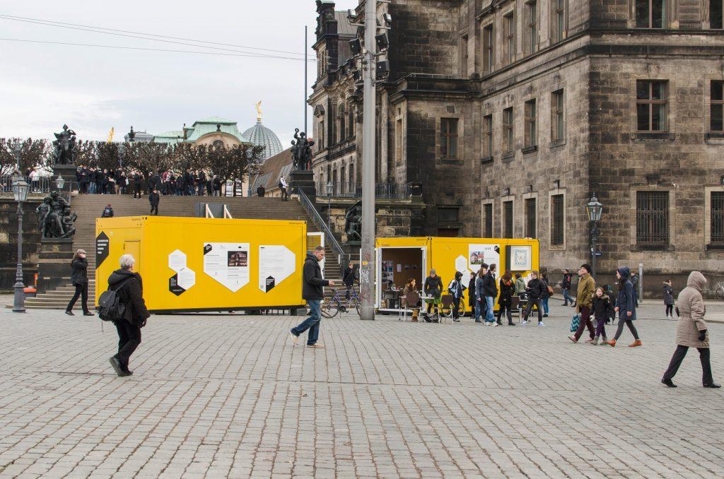 Schlossplatz: Container #5 Technische Sammlungen Dresden / Societaetstheater Container #6 Semperoper Dresden / Landesbühnen Sachsen. Foto: Robert Vanis