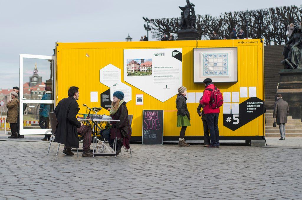 Performance von s30: Urban Stories in Container #5 auf dem Schlossplatz. Foto: Robert Vanis