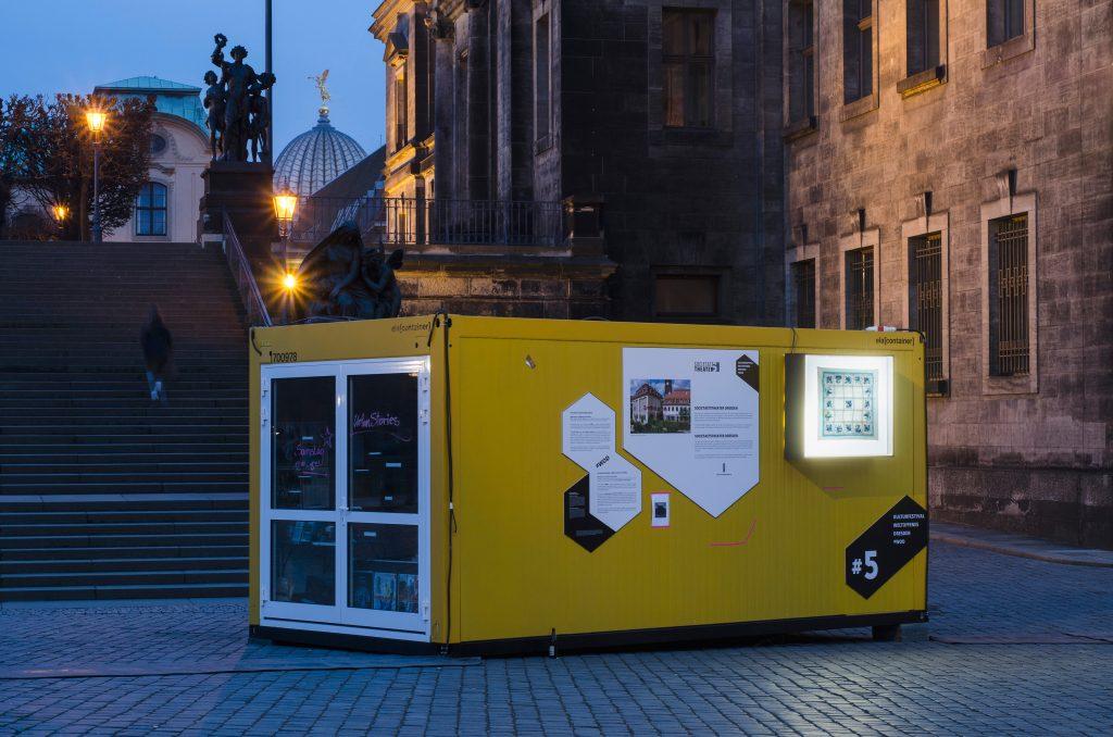 Schlossplatz: Container #5 Technische Sammlungen Dresden / Societaetstheater. Leuchtkästen: Kazoosh! Foto: Robert Vanis