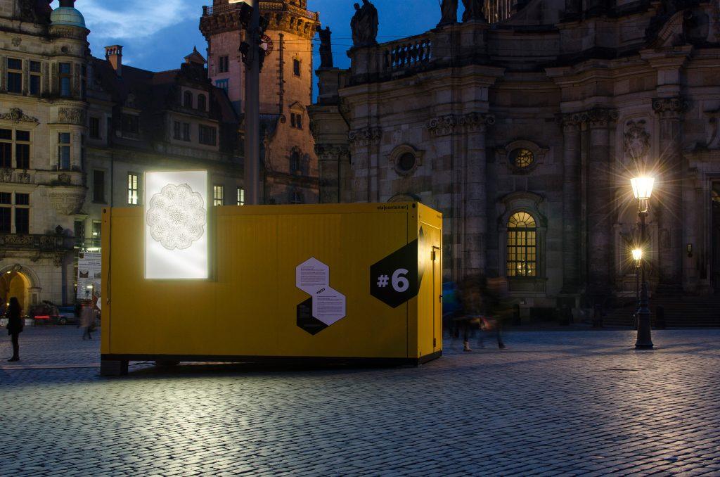 Container #6 Semperoper Dresden / Landesbühnen Sachsen. Leuchtkästen: Kazoosh! Foto: Robert Vanis