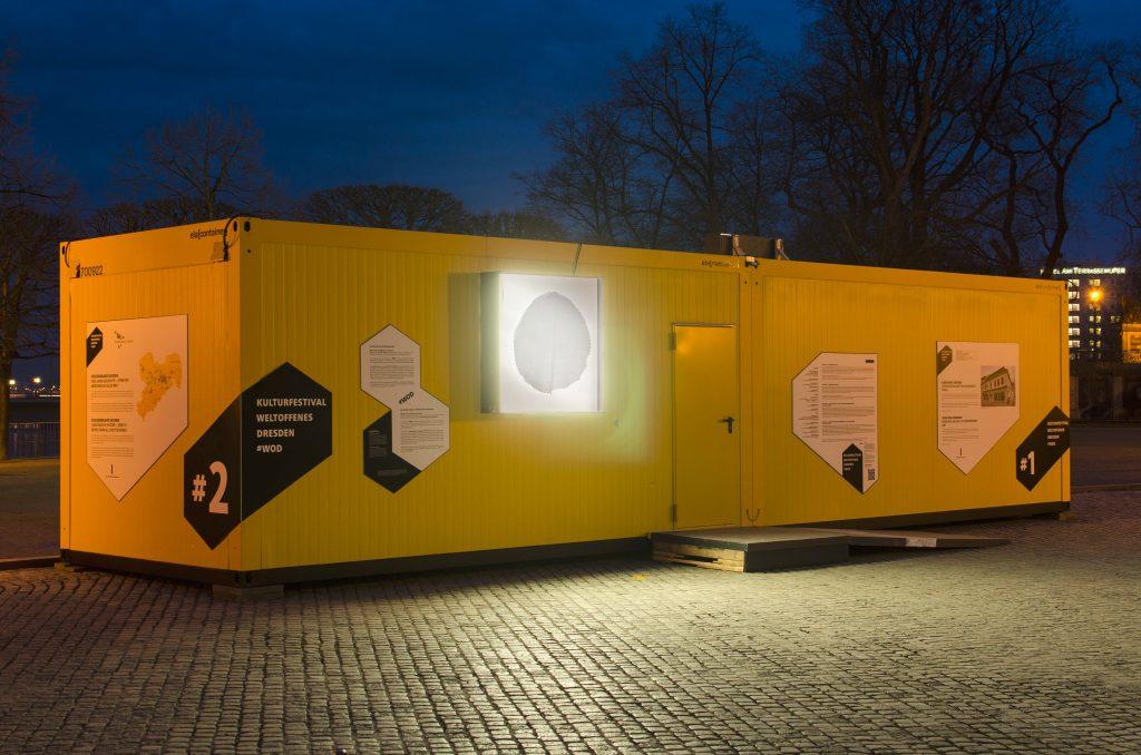 Container #5 und #6 auf dem Schlossplatz. Leuchtkästen: Kazoosh! Foto: Robert Vanis