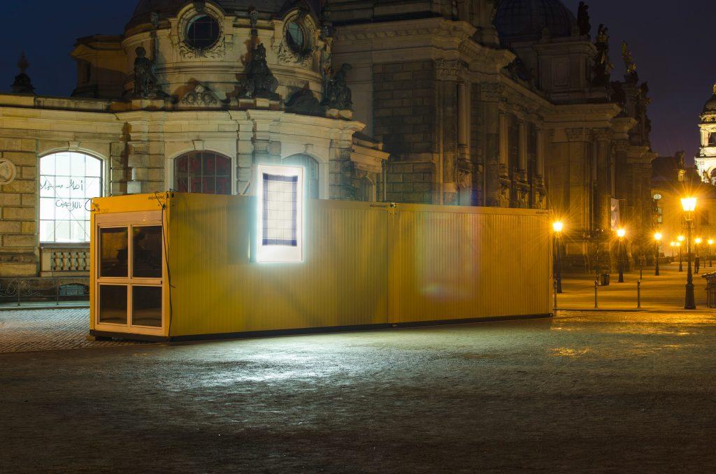 Container #1 und #2 - Kunsthaus Dresden / Schlösserland Sachsen auf der Brühlschen Terrasse am Brühlschen Garten.  Leuchtkästen: Kazoosh! Foto: Robert Vanis