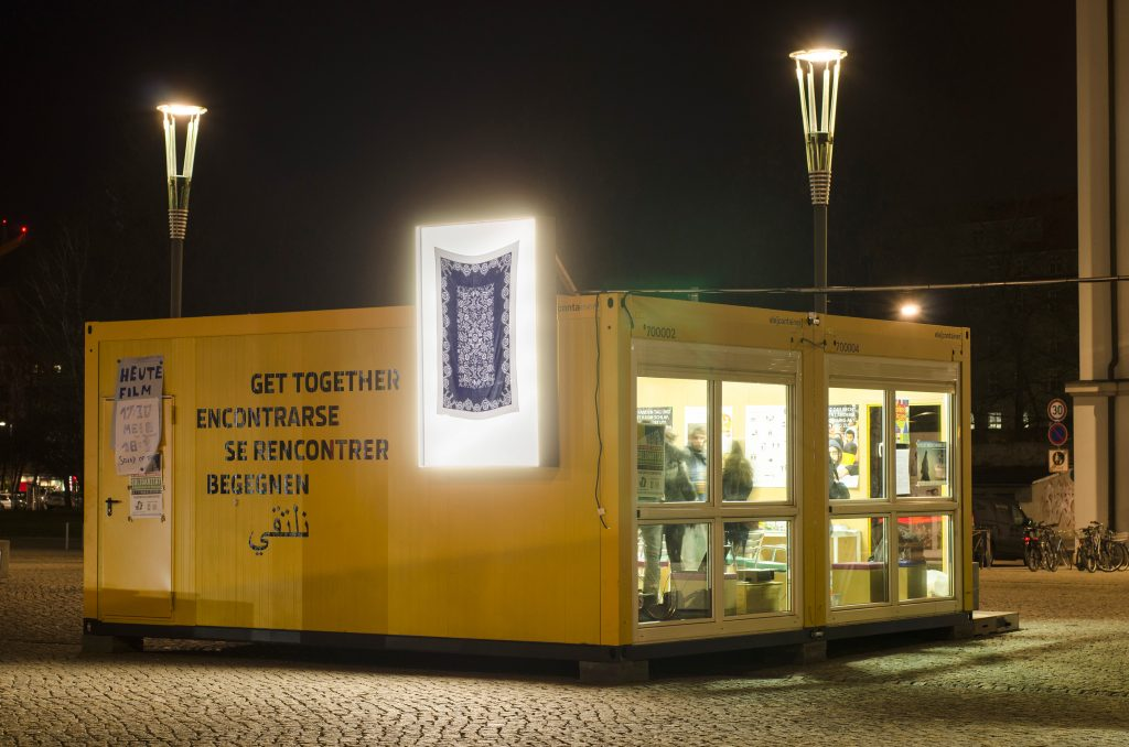 Auf dem Postplatz: Container #3 Max-Planck-Institut für Molekulare Zellbiologie und Genetik / Initiative für Asyl und gegen Rassismus /  Container #4 Medizinische Fakultät und Universitätsklinikum Carl Gustav Carus / Projektraum Hole of Fame. Leuchtkasten: Kazoosh! Foto: Robert Vanis