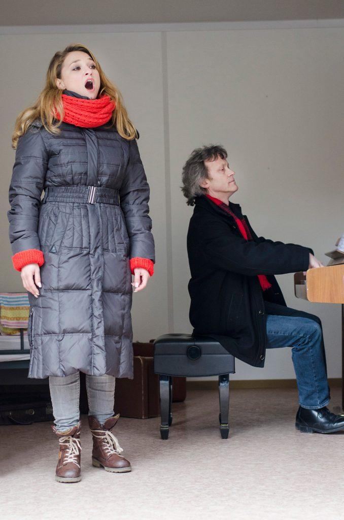 Konzert der Semperoper in Container #6 auf dem Schlossplatz. Nadja Mchantaf, begleitet von Johannes Wulff-Woesten am Klavier. Sie singt von Robert Schumann Die Widmung und O mio babbino caro von Puccini und etwas aus der Operette Messeschlager Gisela. Foto: Robert Vanis