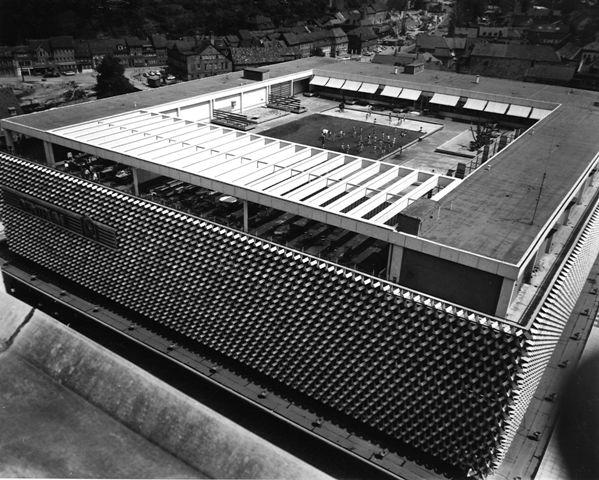 """""""Centrum"""" Warenhaus  Blick auf den Kindergarten und die Dachterasse vom Hochhaus """"Platz der Deutschen Einheit 1"""", (vormals """"Ernst-Thälmann-Platz 1"""") um 1970. Fotobestand Stadtarchiv Suhl"""