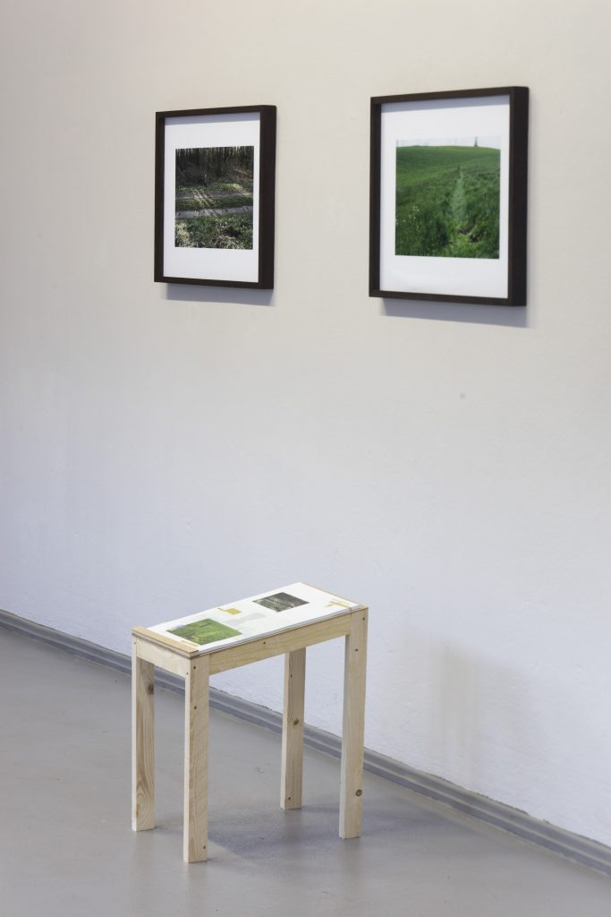 Anton Matzke: ›1/4 G‹, 2014. Fotografische Performancedokumentation als Poster. Foto: © David Brandt