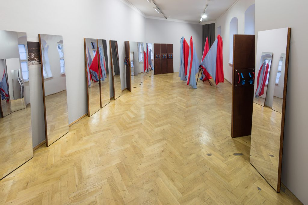 Svea Duwe: ›Situation‹, 2016. Requisiten für Performances in öffentlichen Räumen & einmalige Sound-Performance. Transportable Spiegel, Fahnenmasken. Foto: © David Brandt