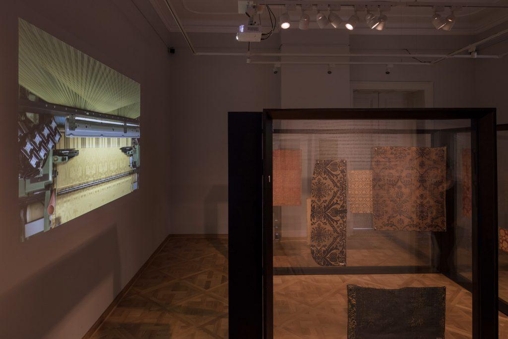 Anette Rose: Pattern in Motion; #29 seidenweben, automatisiert, 2017. Installationsansicht Kunstgewerbemuseum Schloss Pillnitz. Foto: David Brandt