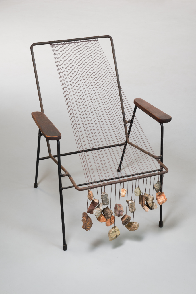 Zille Homma Hamid, Loom Chair, 2013, Baumwollgarn, Steine, Stuhl, Gusseisen, 82 x 57,5 x 53,5 cm Baumrinde, 43 x 74 cm Foto: Uwe Walther
