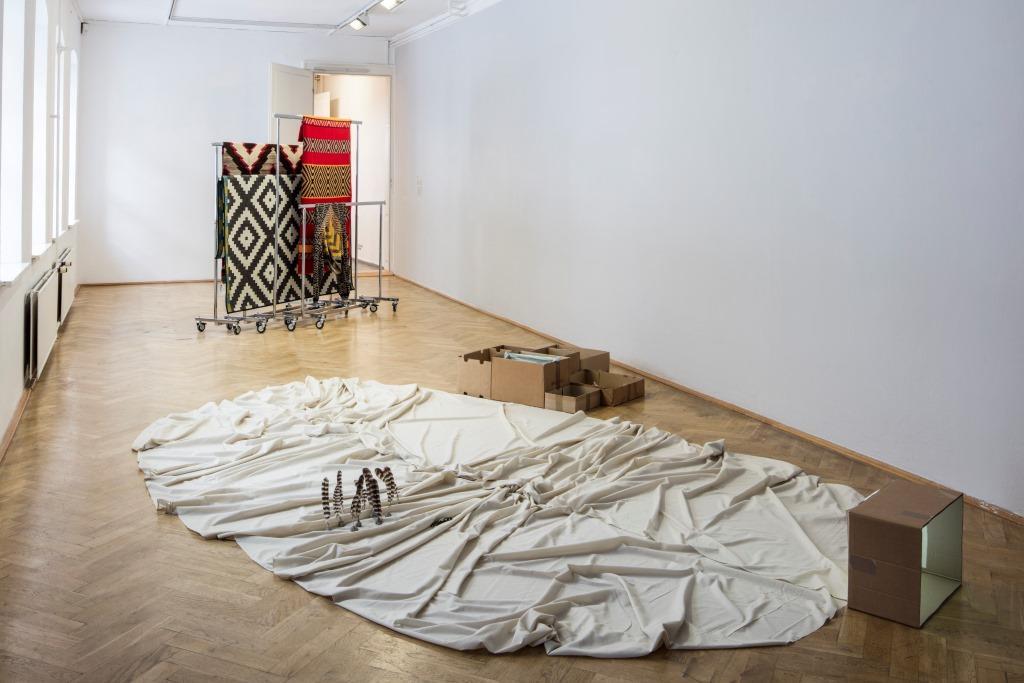 Ausstellungsansicht Kunsthaus Dresden: (von vorn nach hinten) Heide Hinrichs: Semikörper, 2013; Elisa van Joolen und Vincent Vulsma: Technik, 2012–2013. Foto: David Brandt