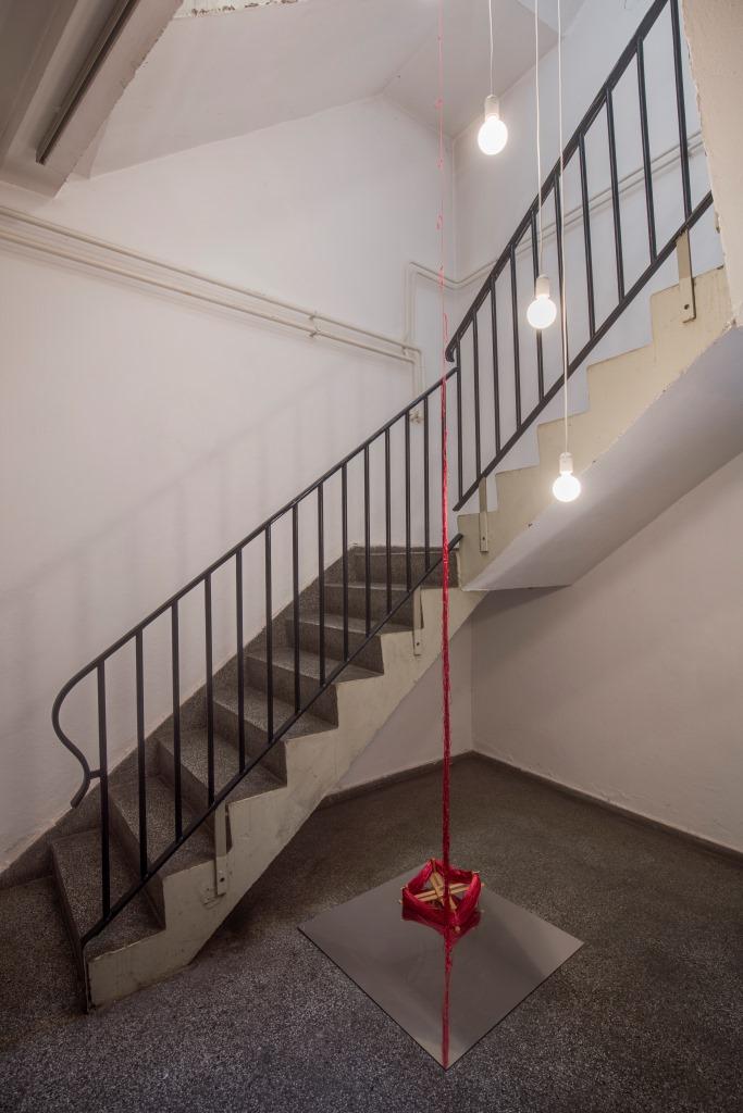 Christa Jeitner: One Thread, ausgeführtes Teilstück eines scheinbar endlosen Fadens. Hommage à John Cage Geknotetes Garn 2017. Foto: David Brandt, © (Christa Jeitner) VG Bild-Kunst Bonn, 2017