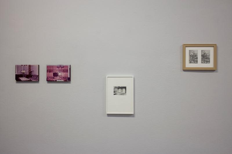 Johanna Rüggen: v.l.: Interieur IV und V, 2017, Öl/MDF; o.T. (Laube), 2014, Zeichnung; Weihnachten, 2015, Zeichnungen. Foto: David Brandt