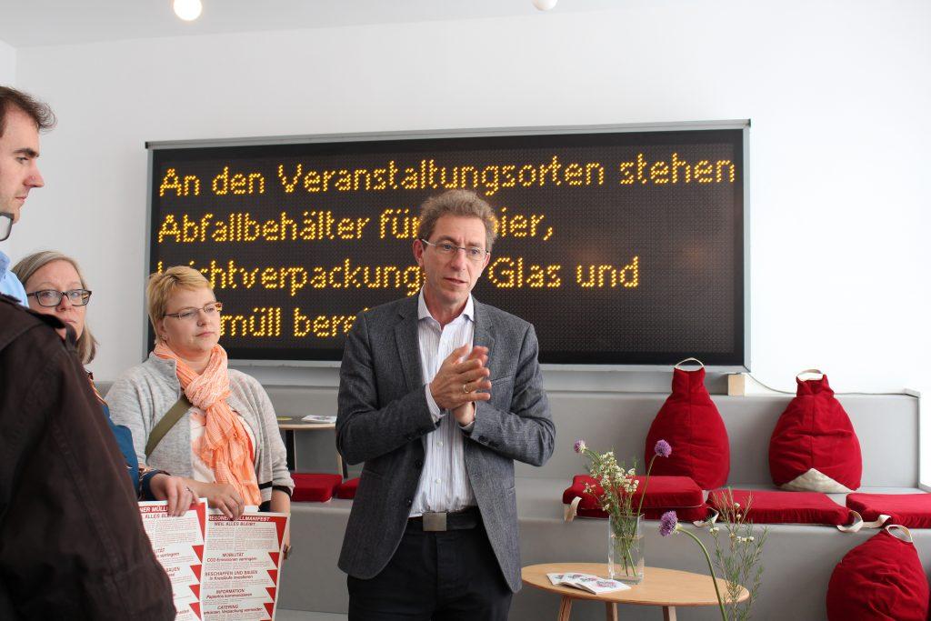 Roland Schwarz, Direktor der TSD Dresden, über die Idee des Dresdner Müllmanifests. Pressekonferenz Nachbarschaften 2025 im Kunsthaus Dresden. © Sophie Arlet