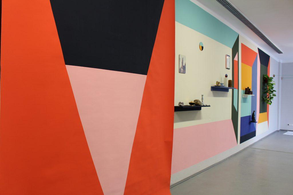 Jan Brokof und 44flavours: Nachbarschaftsaufstellung mit Vorhang, 2019 © Sophie Arlet