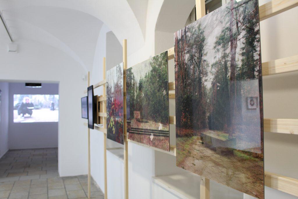 Margret Hoppe: Bäume, Steine, Geister. Heidefriedhof, 2019. VG Bild-Kunst Bonn, 2019