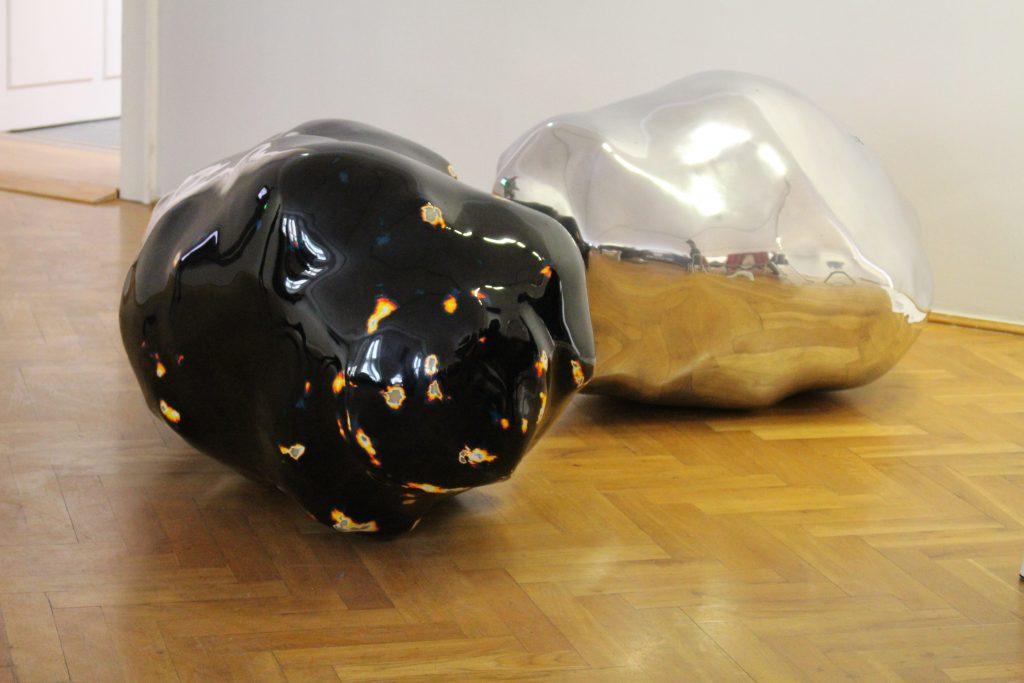 """Wilhelm Mundt: """"548"""", 2012, und """"395"""", 2008, Produktionsrückstände in GfK. © Sophie Arlet"""