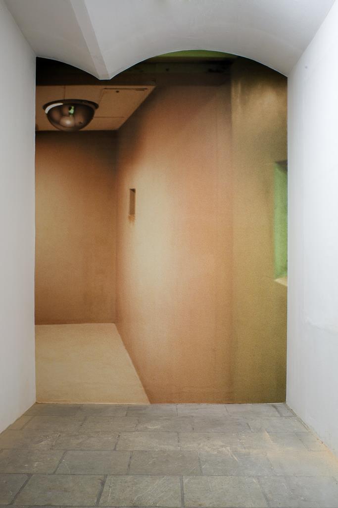 Dominik Lejman: Quiet Room, C-Print auf Tapete, 2004. Ausstellungsansicht Kunsthaus Dresden. Foto: David Brandt