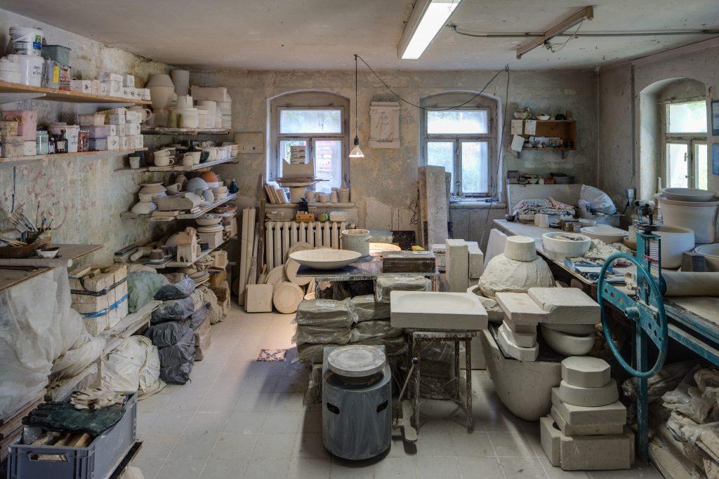Johannes Makolies, Blick in die Werkstatt von Makolies, Fototapete, Kunsthaus Dresden 2020/21, Foto: David Brandt