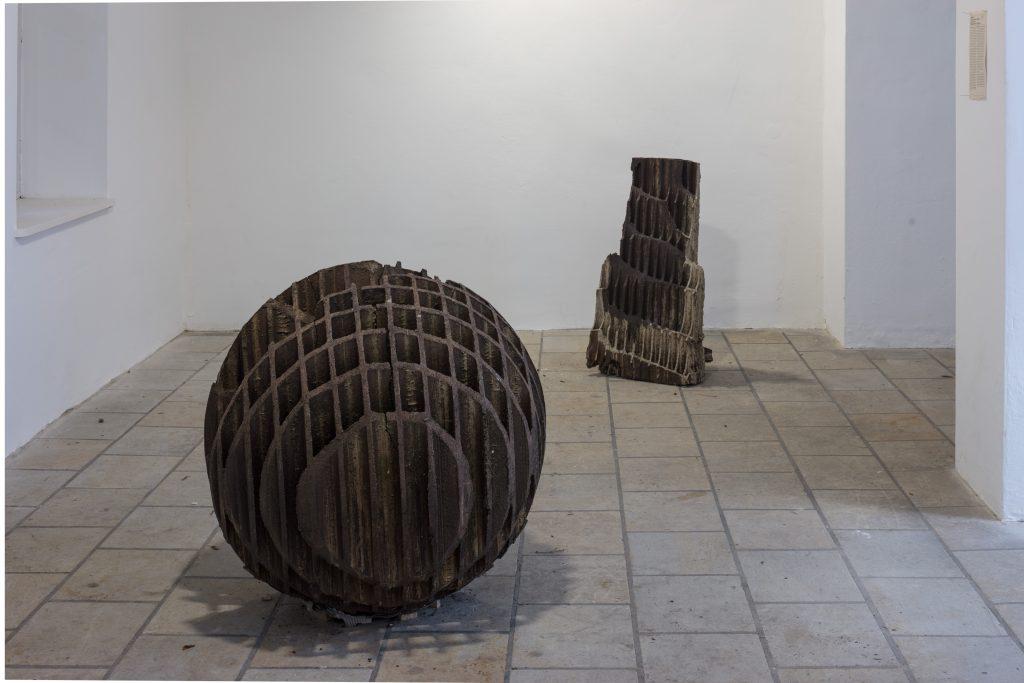 Alessio Tasca , Die Stehende / Kugel , 50 x 100 x 38 cm / Ø 90 cm, Foto: David Brandt