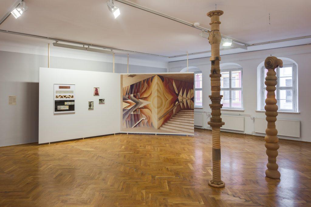Ausstellungsansicht 1000°mit Arbeiten von Mariana Castillo Debal (vorn) und Karl-Heinz Adler / Friedrich Kracht (hinten), Kunsthaus Dresden 2020/21, Foto: David Brandt