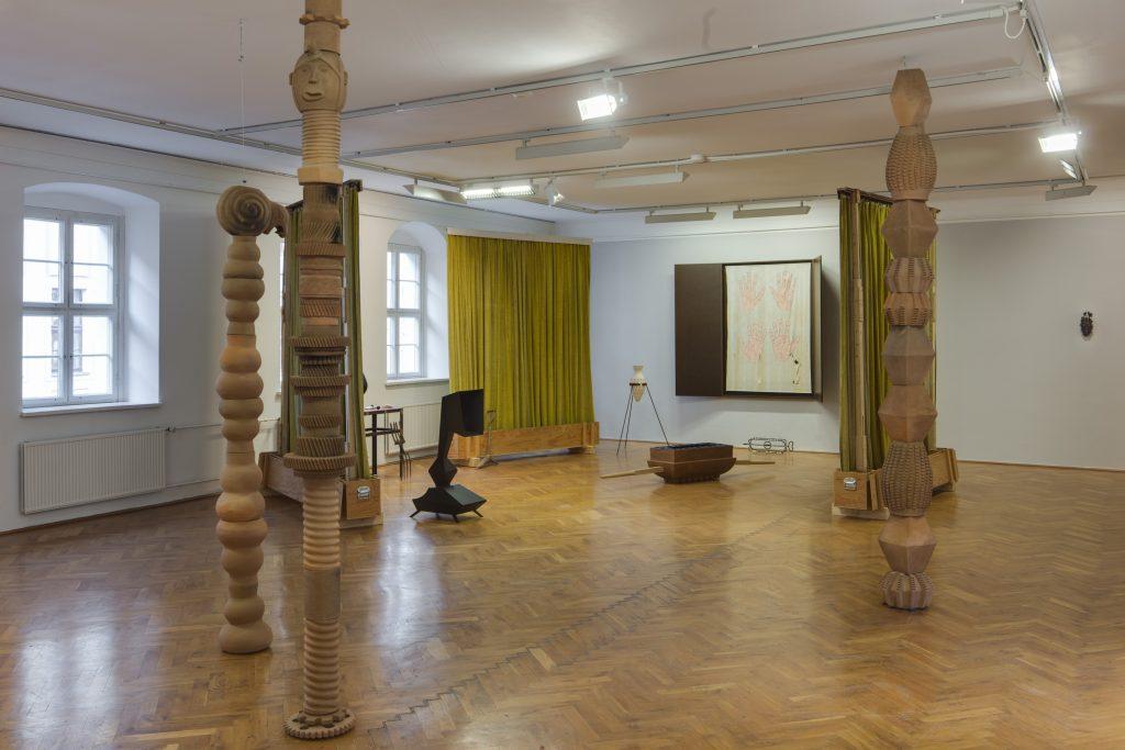 Ausstellungsansicht 1000° mit Arbeiten von Mariana Castillo Deball (vorn) und Marco Miersch (hinten), Kunsthaus Dresden 2020/21, Foto: David Brandt