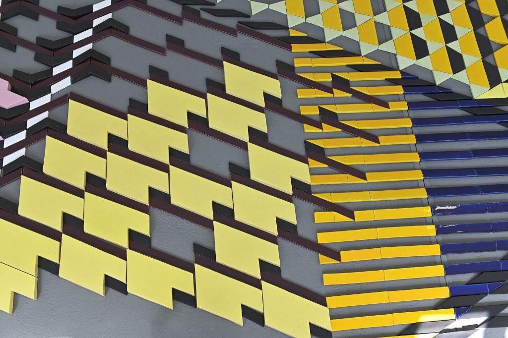 Bikje van Soest, Detailansicht, Ohne Titel (Bodenrelief), 2015, glasierte Keramik, Foto: Anja Schneider