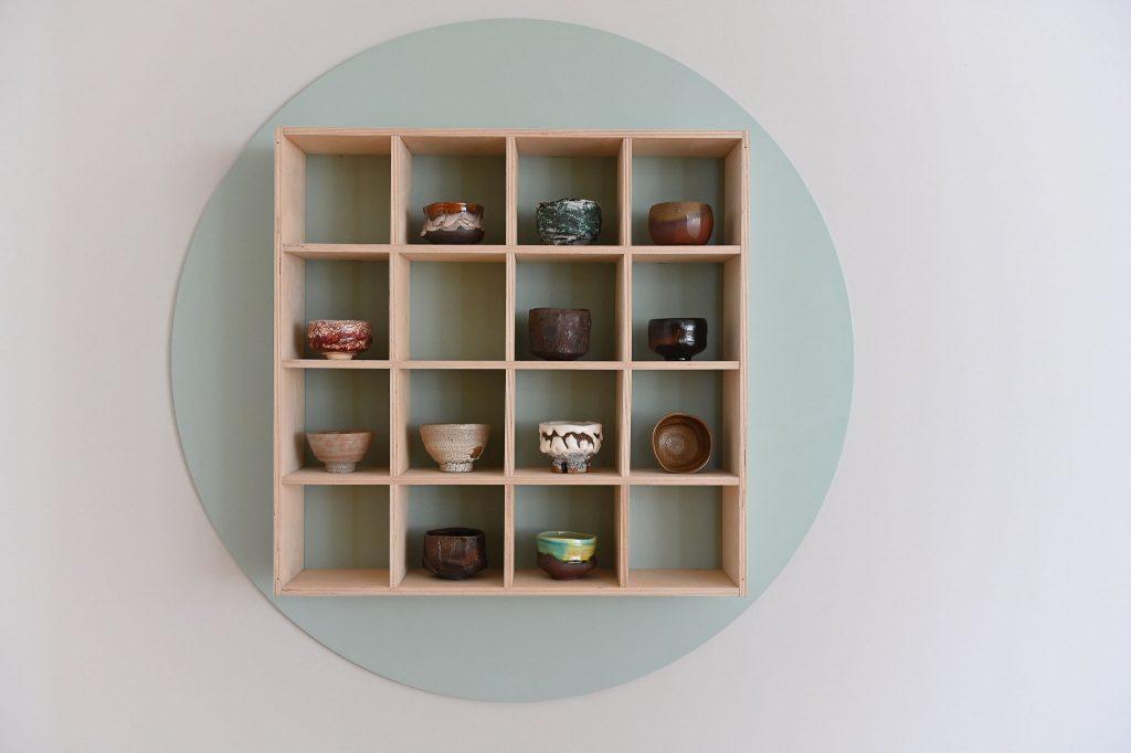 Teeschalen aus Korea, Japan, Russland, den USA und Frankreich, verschiedene Brenn- und Glasurtechniken, 1950er Jahre bis  heute. Foto: Anja Schneider